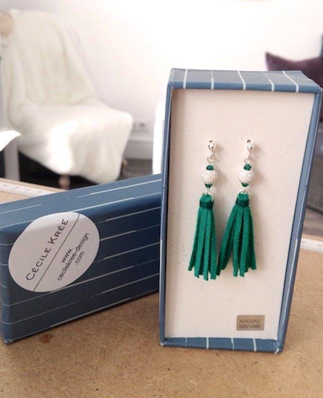 bijoux boucles oreilles cuir pendante longue couleur vert émeraude perle cristal